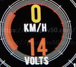 プリウスPHVに取り付けているレーダー探知機の簡易電圧計の14Vの画像