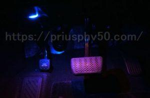 プリウスPHV52のフットライト(ドライバーズ側)の点灯時の画像